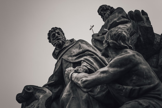 Estátua dos santos joão de matha, feliz de valois e ivan na ponte carlos. praga, checa Foto Premium