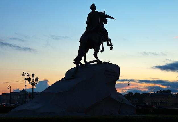 Estátua equestre de pedro o grande Foto gratuita