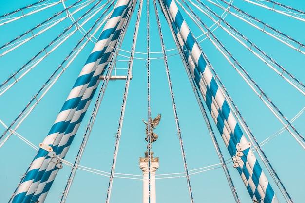 Estátua no pedestal e céu azul Foto gratuita