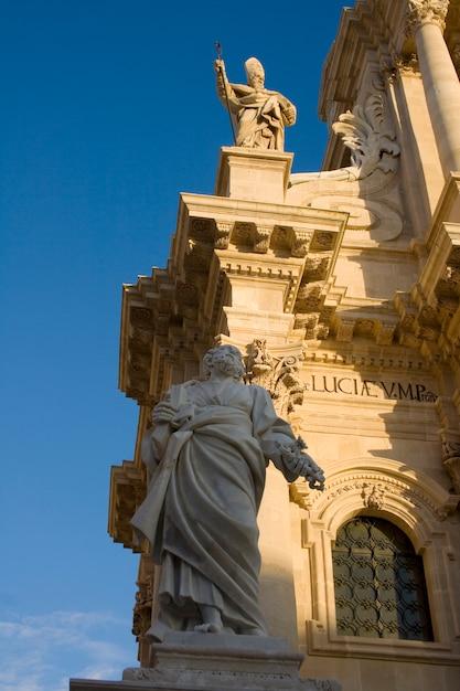 Estátua peter, catedral syracuse Foto Premium