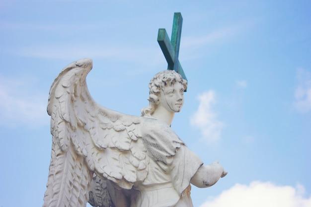 Estátua romana com uma cruz Foto Premium