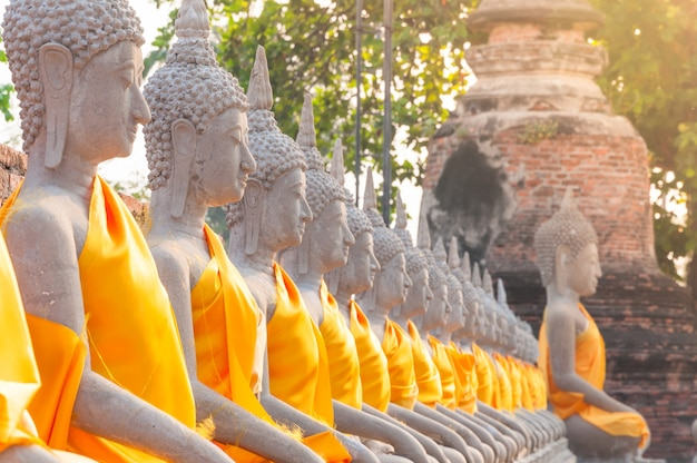 Estátuas de buda em wat yai chaimongkol em ayutthaya, tailândia Foto Premium