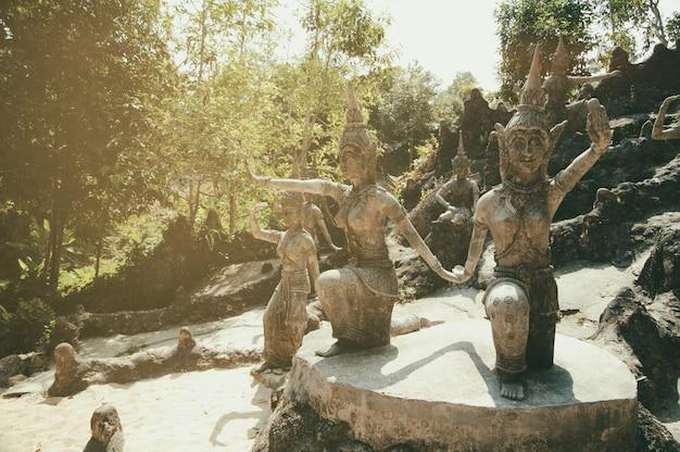 Estátuas de pedra antigas no jardim mágico do budismo secreto, koh samui, tailândia. um lugar para relaxamento e meditação. Foto Premium
