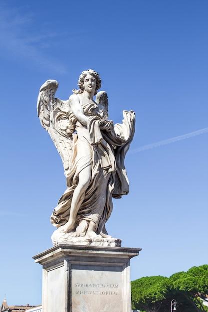 Estátuas na ponte de santo anjo Foto Premium