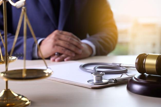 Estatueta de martelo de lei regras de negócio de cuidado de saúde Foto Premium