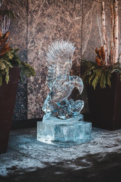 Estatueta de pássaro cinza na mesa de concreto cinza Foto gratuita
