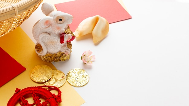 Estatueta de rato com biscoito da sorte ano novo chinês Foto gratuita