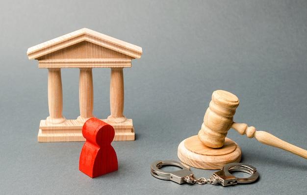 Estatueta vermelha de um homem no julgamento. proteção do réu no processo criminal. Foto Premium