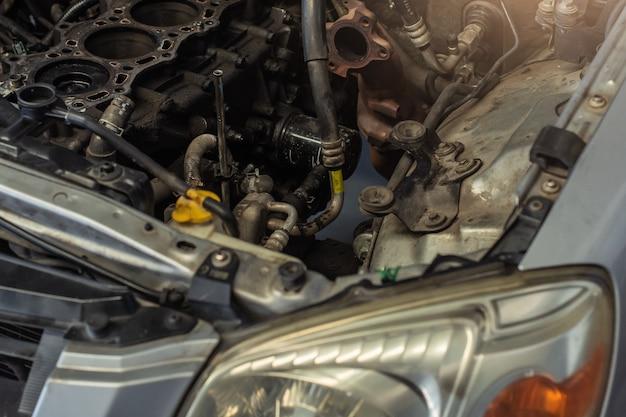 Este carro à espera de reparação no carro na garagem no cliente do quarto estacionado no showroom Foto Premium