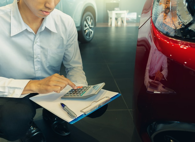 Este vendedor de carreira calculista na calculadora Foto Premium