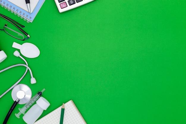 Estetoscópio, com, caderno, caneta, papel branco, óculos, garrafa, de, medicina, alimentação, siringa, ligado, experiência verde, com, copyspace Foto Premium