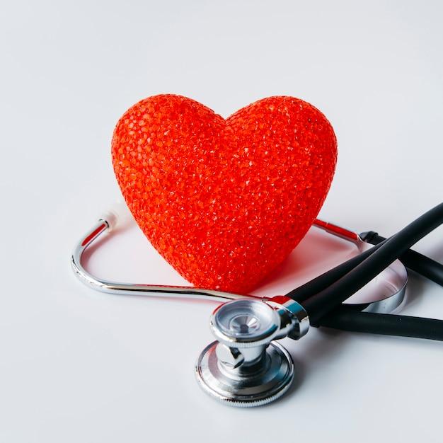 Estetoscópio com coração Foto gratuita