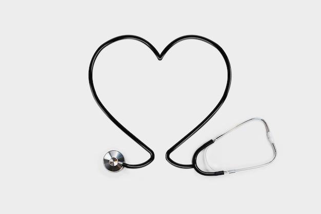 Estetoscópio com tubo de contorno do coração Foto gratuita