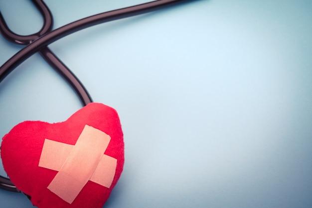 Estetoscópio de cuidados de saúde e medicina e coração vermelho símbolo saudável e seguro Foto Premium