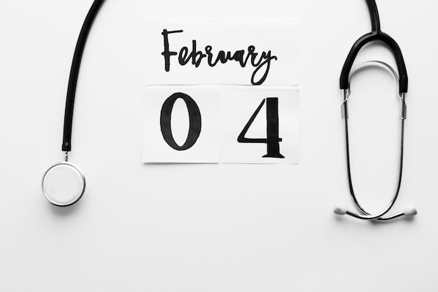 Estetoscópio e 4 de fevereiro escrevendo Foto gratuita