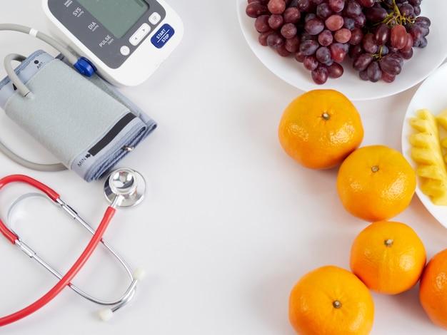 Estetoscópio e monitor automático de pressão arterial Foto Premium