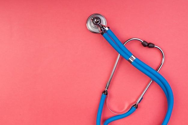 Estetoscópio isolado no vermelho Foto Premium