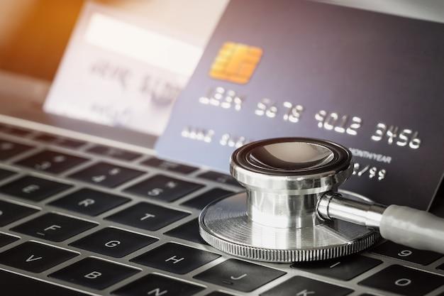 Estetoscópio, ligado, zombe, cartão crédito, com, ligado, cartão, computador, em, hospitalar Foto Premium