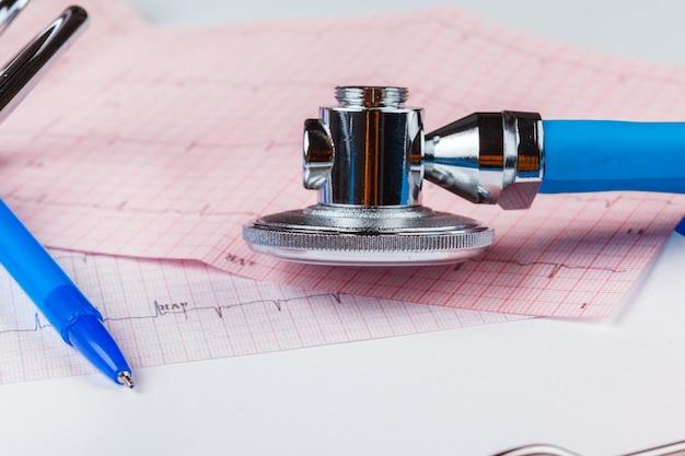 Estetoscópio na folha de cardiograma Foto Premium