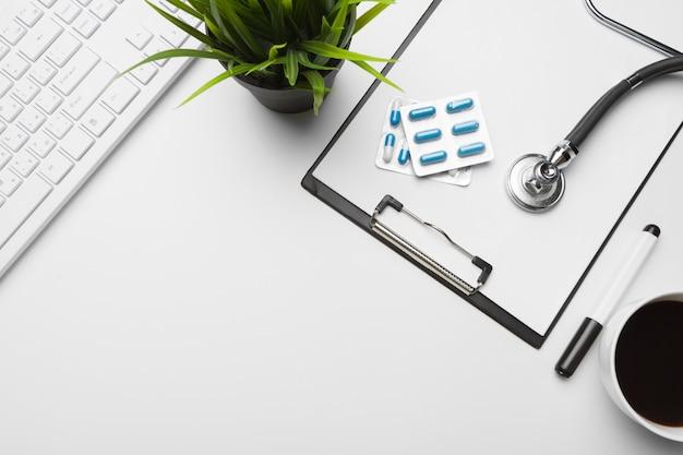 Estetoscópio, prancheta e comprimidos, closeup. equipamento médico Foto Premium