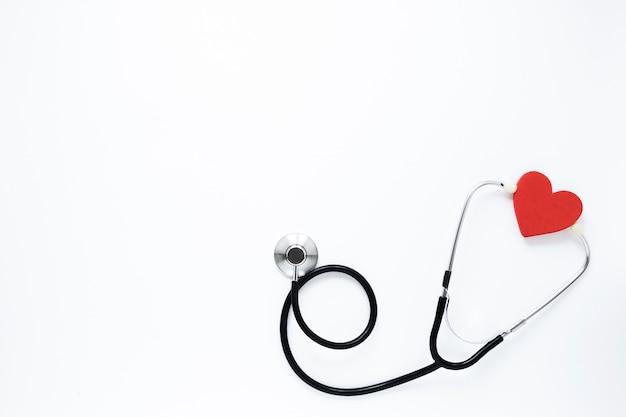 Estetoscópio profissional de vista superior com coração Foto gratuita
