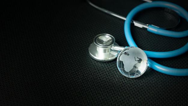 Estetoscópios na imagem de fundo preto close-up Foto Premium