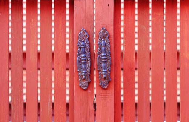 Estilo antigo de maçaneta, porta de madeira Foto Premium