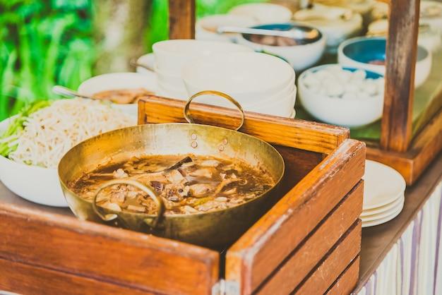 Estilo de macarrão tailandês Foto gratuita