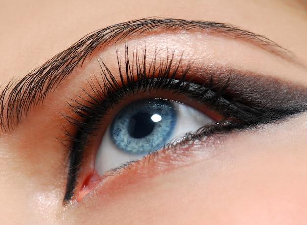 Estilo de maquiagem. olho de mulher com design de moda. Foto gratuita