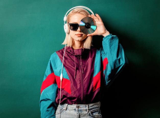 Estilo de mulher nos anos 90 roupas punk com fones de ouvido e cd Foto Premium