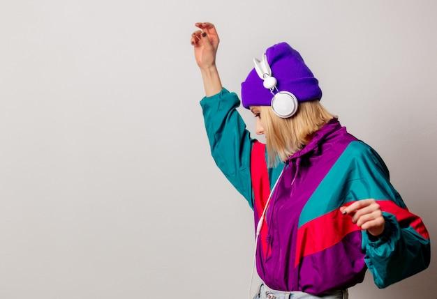 Estilo de mulher nos anos 90 roupas punk com fones de ouvido Foto Premium