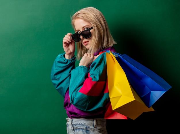 Estilo de mulher nos anos 90 roupas punk com sacolas de compras Foto Premium