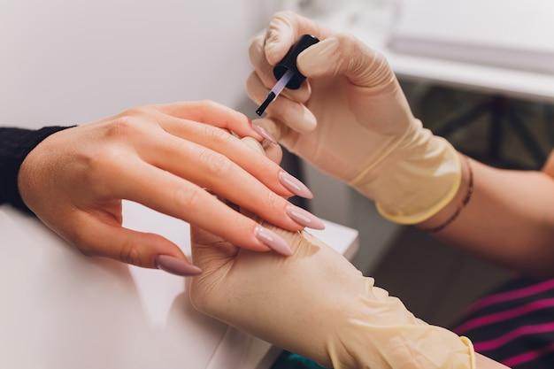 Estilo de unha polonês de unha. manicure colorido, unhas de pintura de laca colorida cosmética. Foto Premium