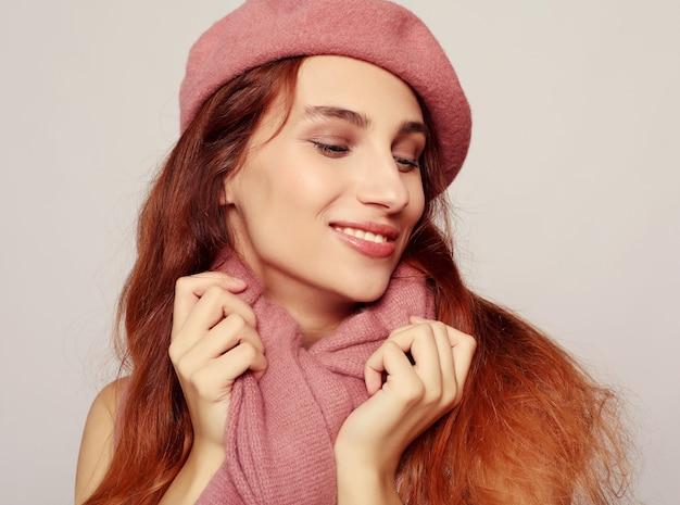 Estilo de vida, beleza e conceito de pessoas: garota ruiva beleza vestindo boina rosa Foto Premium