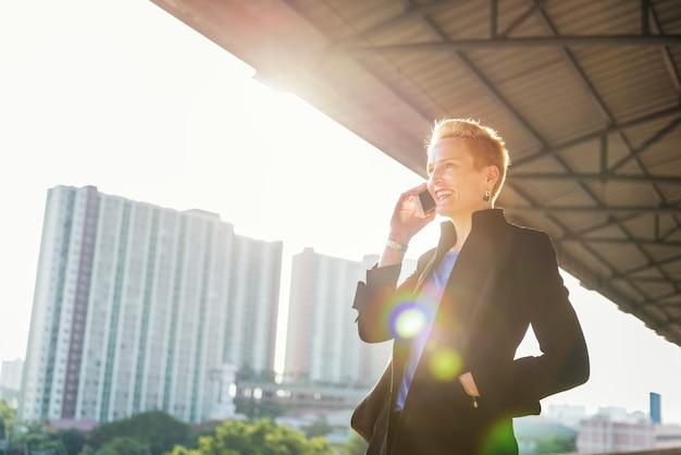 Estilo de vida da mulher de negócios usando o conceito da conexão do telefone celular Foto gratuita