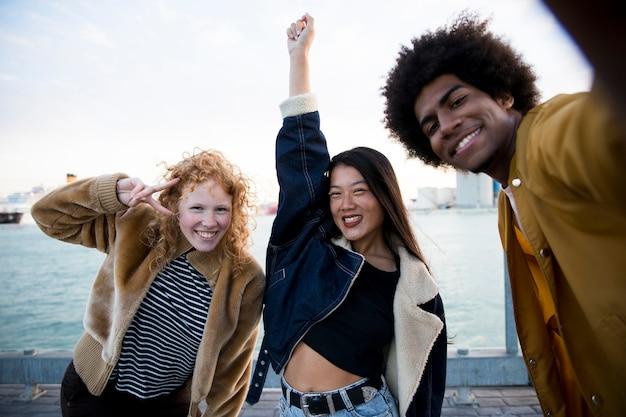 Estilo de vida de jovens amigos ao ar livre Foto gratuita