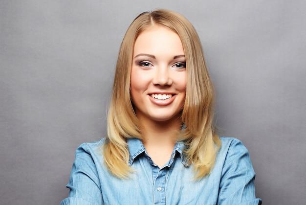 Estilo de vida e conceito de pessoas: jovem loira sorridente fofo Foto Premium