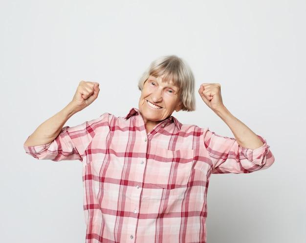 Estilo de vida e conceito de pessoas: retrato de uma avó alegre Foto Premium