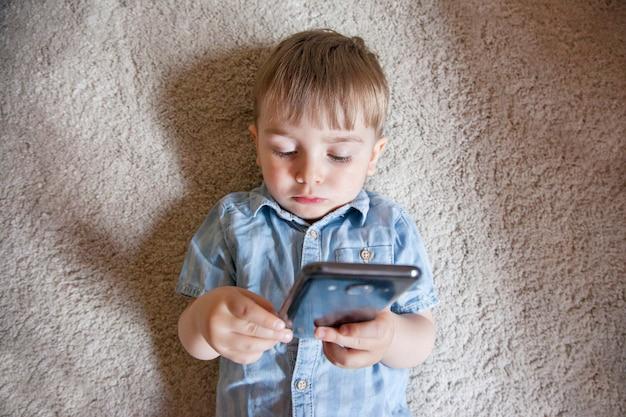 Estilo de vida familiar moderno e tecnologia em nossa rotina diária. controle parental para dispositivos eletrônicos em crianças. Foto Premium