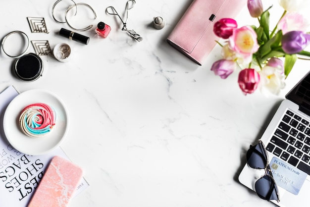 Estilo de vida feminina shopping fashionista com fundo de mármore Foto gratuita