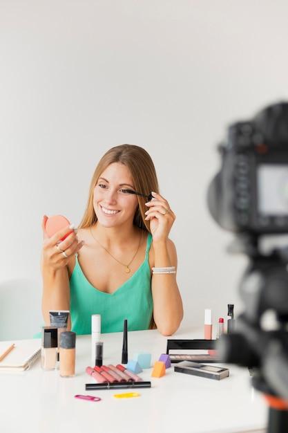 Estilo de vida feminino blogger de alto ângulo Foto gratuita