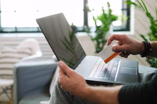 Estilo de vida. homem em casa com laptop Foto gratuita