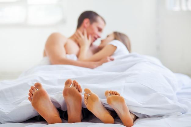 Estilo de vida. lindo casal na cama Foto gratuita