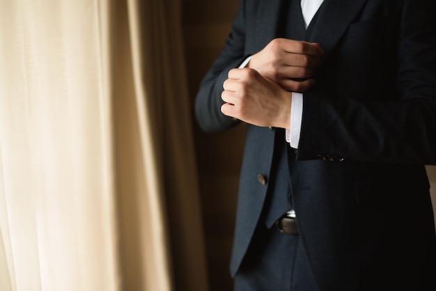 Estilo do homem. vestindo terno, camisa e punhos Foto Premium