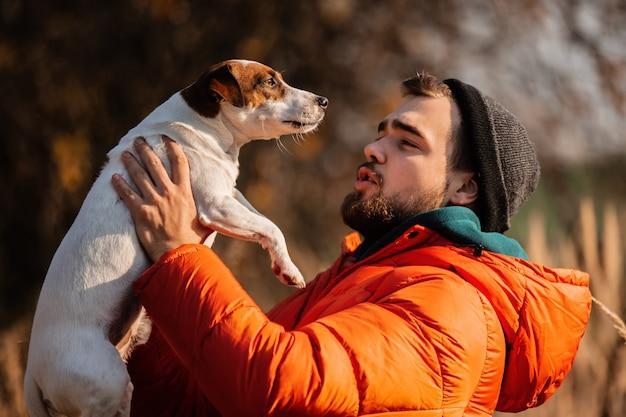 Estilo homem de jaqueta com cachorro Foto Premium