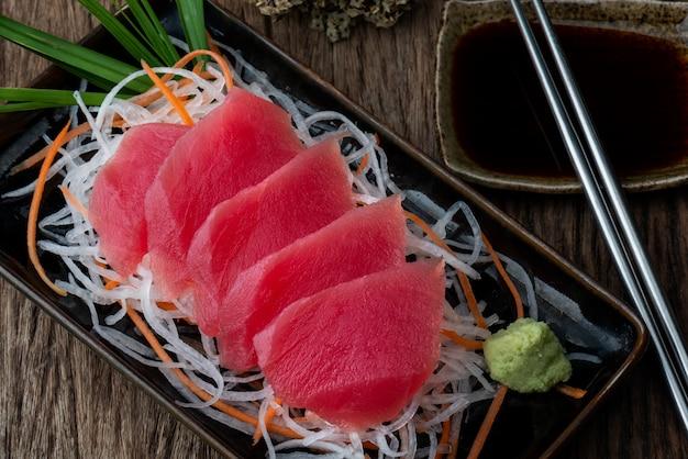 Estilo japonês de sashimi de atum. Foto Premium