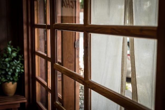 Estilo japonês, janela com tecido branco na frente de reatuarant e aro de luz feito de madeira Foto Premium