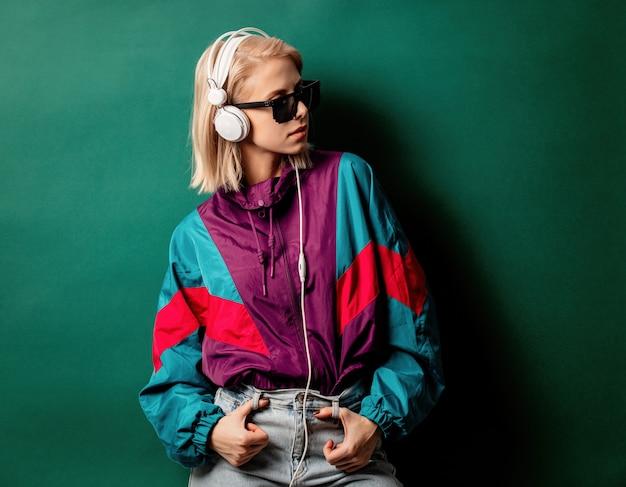 Estilo mulher em óculos de sol com fones de ouvido Foto Premium