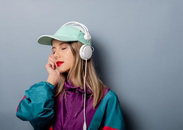 Estilo mulher no estilo de roupa dos anos 90 com fones de ouvido Foto Premium