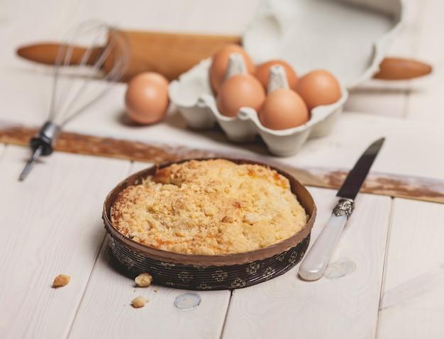 Estilo rústico de torta de maçã na mesa branca Foto gratuita